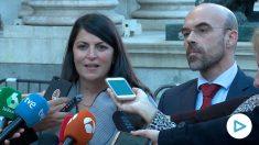 Macarena Olona y Jorge Buxadé, parlamentarios de Vox, en la puerta del Congreso de los Diputados. (Imagen: Ignacio Moreira)
