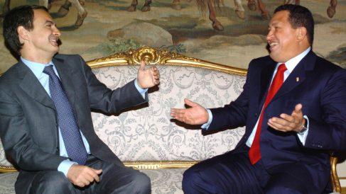 Hugo Chávez bromea con Zapatero en el Palacio del Pardo, durante su viaje oficial a España en noviembre de 2004 (Foto: EFE).