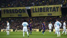Los jugadores de Barcelona y Real Madrid durante un Clásico. (AFP)