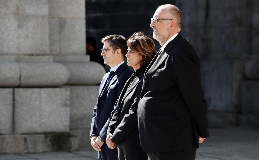 Félix Bolaños (primero por la izquierda) junto a Dolores Delgado.
