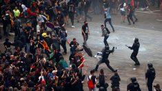 Un momento de los graves disturbios que se vivieron en el aeropuerto de El Prat en una manifestación convocada por la organización 'Tsunami Democràtic'.