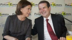 La ex ministra y actual teniente de alcalde del Ayuntamiento de Vigo Elena Espinosa, junto al alcalde Abel Caballero (Foto: EFE).
