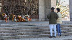 Unos jóvenes a las puertas del panteón de los Franco en Mingorrubio un día después de la exhumación. (Foto. EP)
