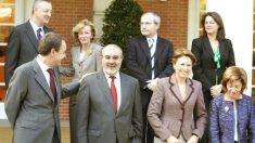 Zapatero con varios de sus ministros en abril de 2006. A la derecha, la entonces titular de Agricultura, Elena Espinosa (Foto: EFE).