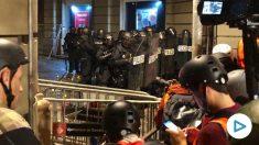 Policías ante la Jefatura Superior en Barcelona.