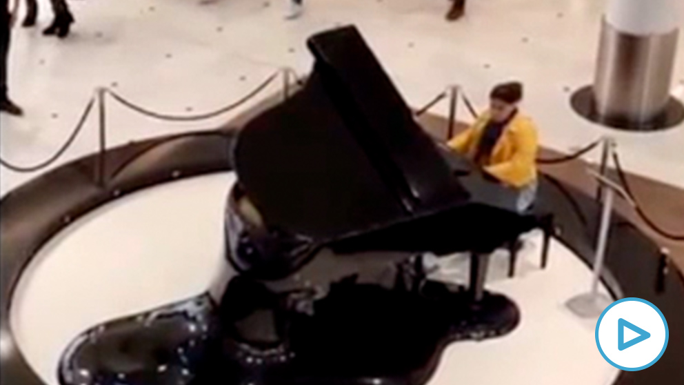 mujer-piano-cara-al-sol-play