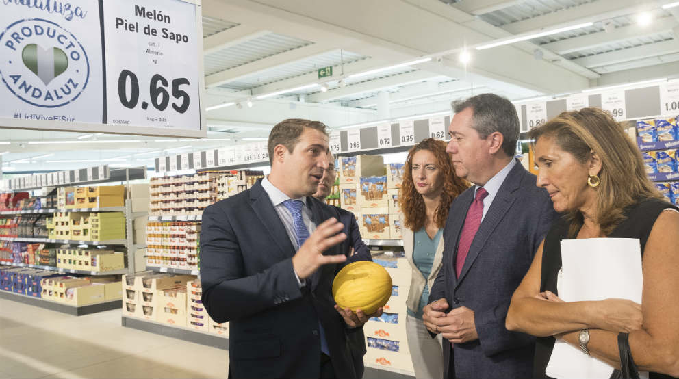 Raúl Sanz (izda), director regional de Lidl en Andalucía, junto al alcalde de Sevilla, Juan Espadas (a la dcha), durante una reciente visita a la nueva tienda de Lidl en carretera de Carmona (Sevilla)