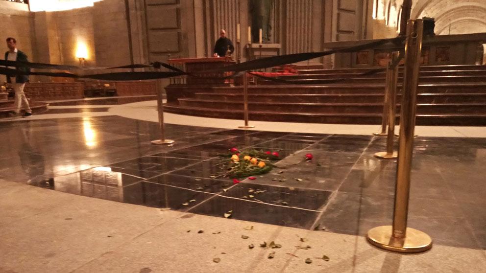 El lugar donde se hallaba la tumba del dictador Francisco Franco en el Valle de los Caídos, ahora tapada con baldosa negra y decorada con flores rojas y amarillas. Foto: EP