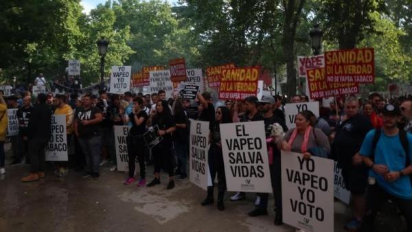 Por qué Sanidad se niega a retirar su campaña 'antivapeo' tras reconocer que es falsa