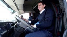 Albert Rivera, al volante de un camión durante un encuentro con transportistas. (Foto: EFE)