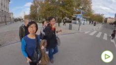 El momento del robo por parte de los carteristas a los turistas chinos.
