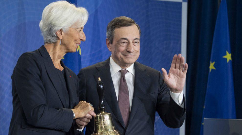 Mario Draghi entrega a Christine Lagarde la campana para llamar al orden en las reuniones del BCE