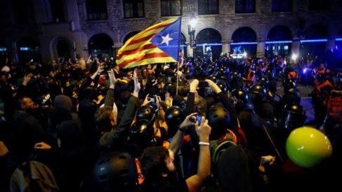 Bandera independentista frente a la Jefatura Superior de Policía, epicentro de las iras separatistas.