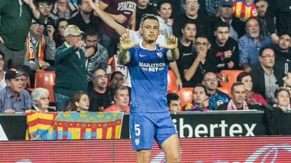 Lucas Ocampos celebra un gol en Mestalla (Sevilla Fútbol Club)