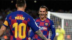Messi y Griezmann celebran un gol del Barcelona. (AFP)