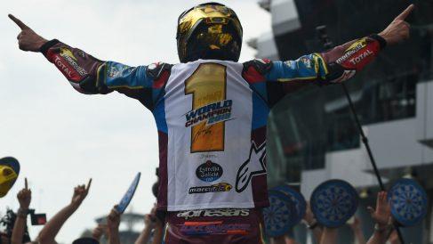 Álex Márquez celebra el título de campeón del mundo de MotoGP. (AFP)