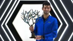 Djokovic posa con el trofeo de campeón de París-Bercy. (AFP)