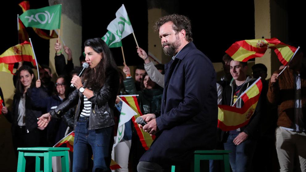 Iván Espinosa de los Monteros junto a Rocío Monasterio en un acto electoral de Vox. Foto: EP