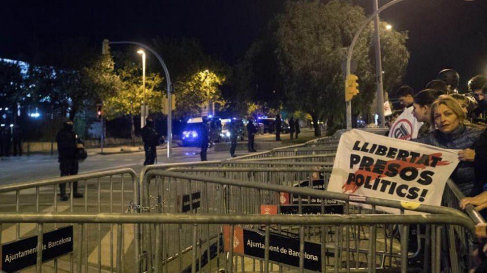 Imagen del dispositivo de seguridad que rodea desde ayer el Palacio de Congresos de Cataluña. (Efe)