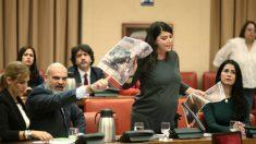 Olona, diputada de Vox, mostrando imágenes de la Policía agredida en Cataluña tras ser expulsada por Batet. (Foto: EP)