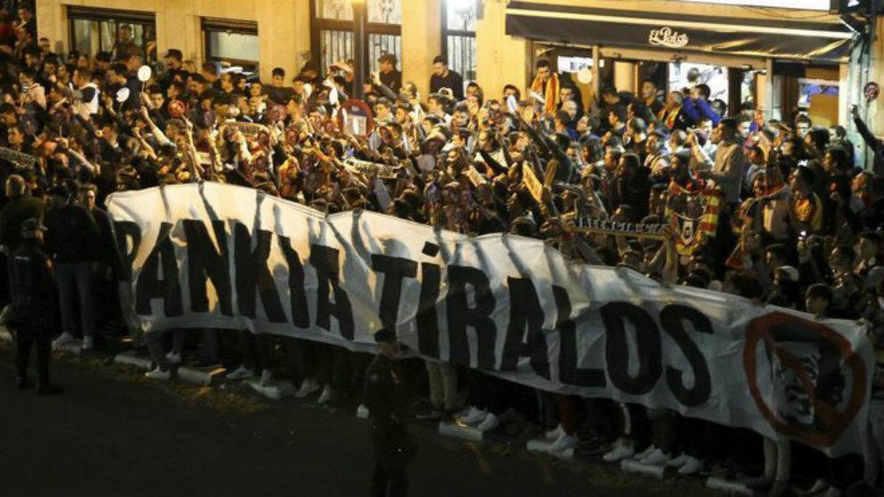 La afición del Valencia protesta contra la afición del club (Twitter)