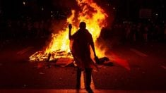 Un manifestante quema fotos del Rey durante su visita a Barcelona.