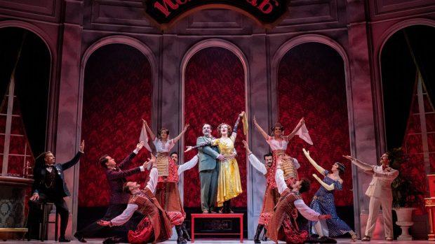 Javier Navares y Silvia Luchetti en un momento de 'Anastasia, el musical' producido por Stage Entertainment.