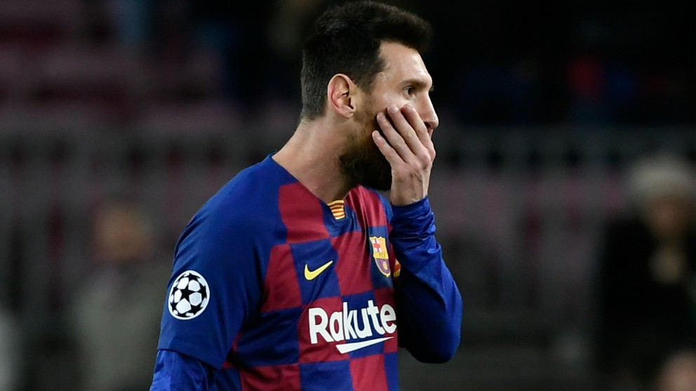Messi se lamenta durante el partido del Barcelona. (AFP)