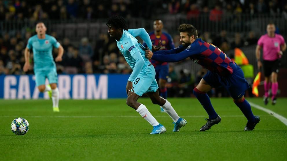Piqué agarra a Olayinka en el Barcelona – Slavia. (AFP)
