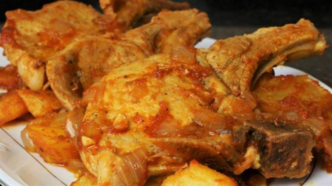 Chuletas de cerdo en salsa de cebolla