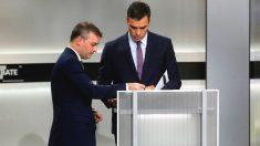 El candidato del PSOE, Pedro Sánchez (d), momentos antes del inicio del único debate electoral en el que participaron todos los candidatos a la presidencia del Gobierno. (Foto: Efe)