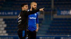 Víctor Laguardia recibe órdenes de Garitano (Deportivo Alavés)