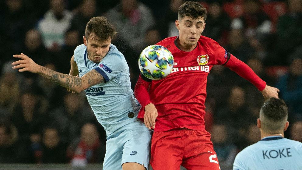 Saúl pelea un balón ante el Bayer Leverkusen. (AFP)