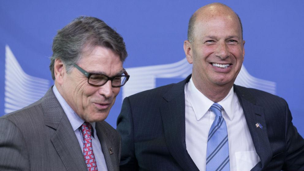 El embajador de EEUU ante la UE, Gordon Sondland (derecha). (Ep)
