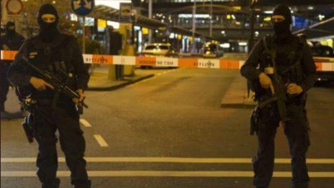 Policía despkegada en el aeropuerto de Schipol, en Asmterdam.