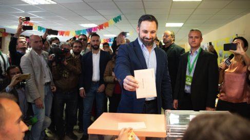 El líder de Vox, Santiago Abascal, votando en su colegio electoral. (Foto. TW)