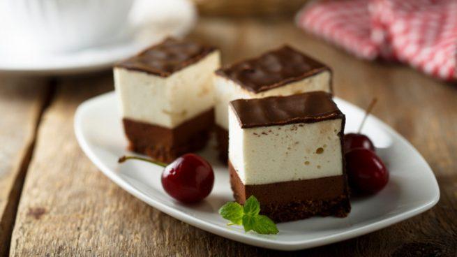 Receta de pastel de chocolate con nata y cerezas
