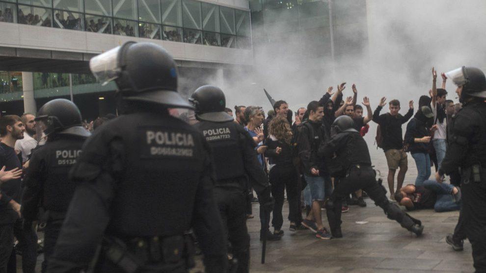 Los Mossos cargan contra manifestantes separatistas en el Aeropuerto de Barcelona-El Prat (Foto: Europa Press).