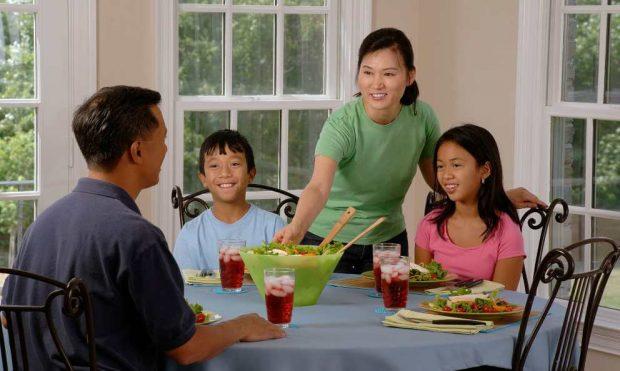 Familia comiendo sano