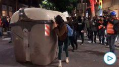 Radicales intentan montar barricadas con contenedores.