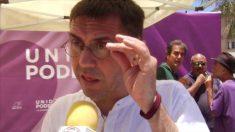 Álvaro de Astica (al fondo) en un acto celebrado por Podemos en Canarias con la presencia de Juan Carlos Monedero.