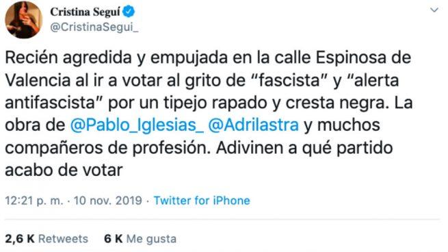 Un separatista agrede y empuja a la periodista Cristina Seguí mientras iba a votar