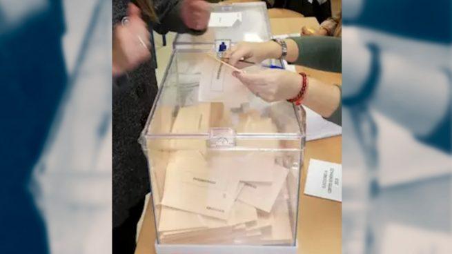 VOX y PP denuncian la apertura de una urna en Dos Hermanas (Sevilla).