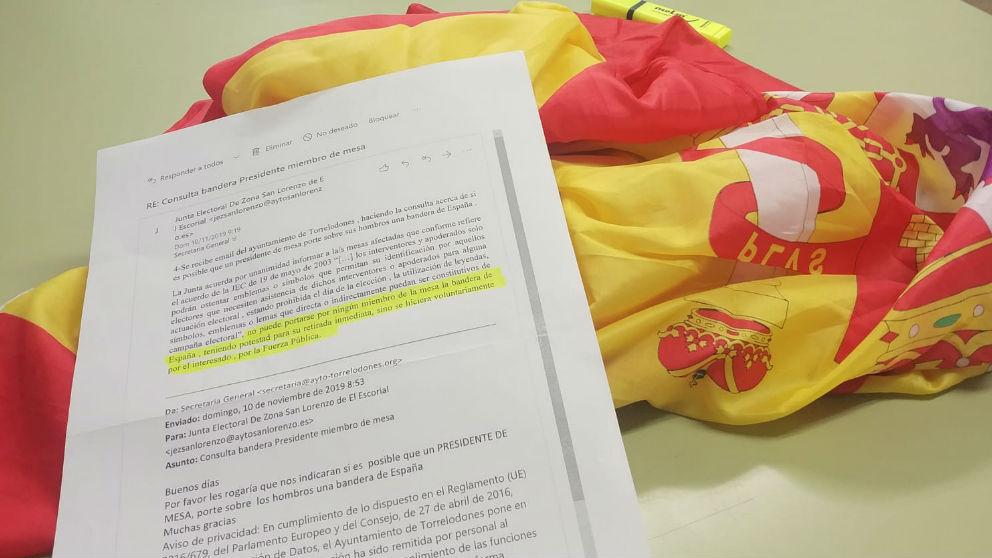 La denuncia ante la Junta Electoral Central junto a la bandera de España.