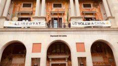 Pancartas golpistas en la fachada de la Diputación de Lérida.