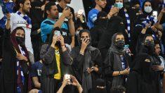 Un grupo de mujeres presenciando un partido en Arabia Saudí. (AFP)