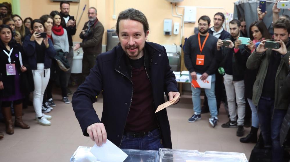 Pablo Iglesias votando este domingo 10 de noviembre en Galapagar. (Foto. EFE)