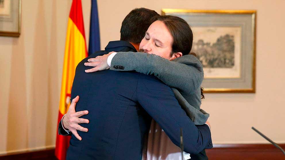 Pedro Sánchez y Pablo Iglesias se abrazan tras anunciar su acuerdo (Foto: EFE).