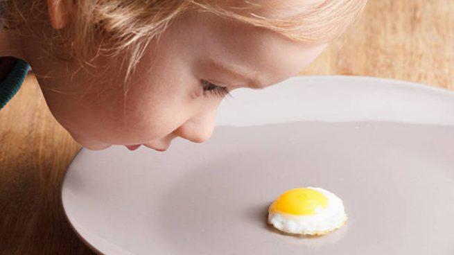 comer huevo bebé
