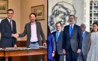 Sánchez firma el pacto del nuevo 'Frente Popular' con Iglesias tras enviar a los Reyes a Cuba
